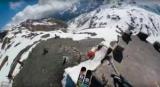Лыжник-экстремал совершил спуск почти без снега горы, после нескольких сальто