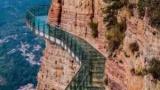 В Китае под ногами туристов стеклянный мост (видео)начал